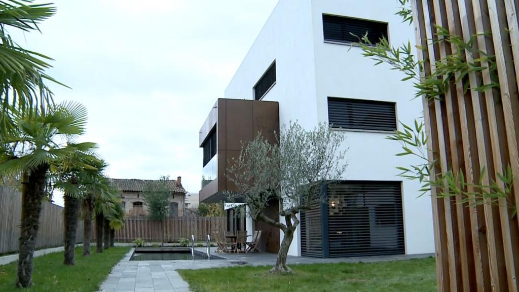 Une maison contemporaine conçue autour d'un escalier en Corten