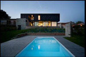 Maison en béton brut et acier noir