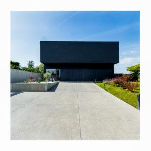 Une maison noire sur les coteaux de Toulouse